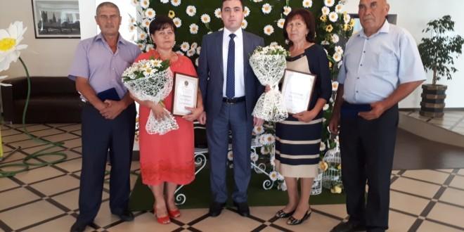 Глава Карачаево-Черкесской Республики Рашид Темрезов вручил награды семьям в честь День любви, семьи и верности