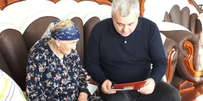 Энвер Керейтов поздравил труженицу тыла с юбилеем.