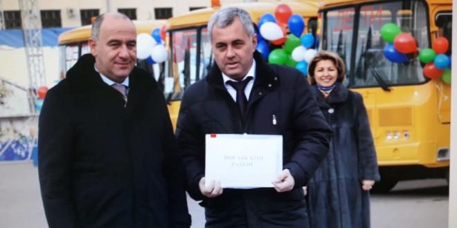 Энвер Керейтов получил из рук Главы КЧР ключи от автобуса и кареты скорой помощи