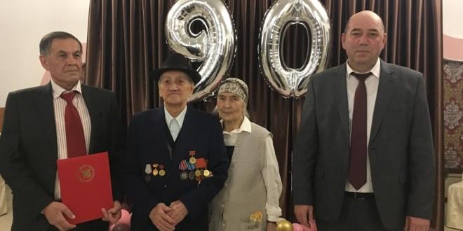 Глава администрации Ногайского района поздравил с 90-летием жителя района