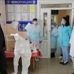 Глава Администрации Ногайского района Мурат Хапиштов и первый заместитель Рустам Кумратов передали средства индивидуальной защиты от вируса COVID-19 для работников скорой медицинской помощи.