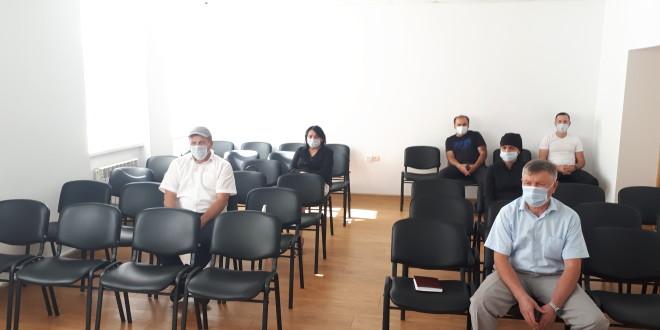 Глава Администрации Ногайского района Мурат Азаматович провел встречу с представителями торговли и общепита по вопросам противодействия распространению коронавируса COVID-19 на территории района.