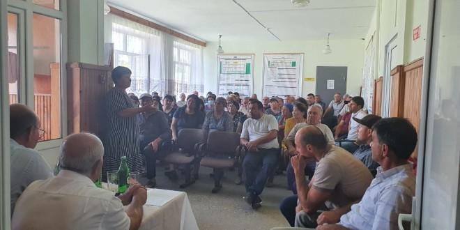 Глава Администрации Ногайского муниципального района Мурат Хапиштов, в Доме Культуры аула Эркен-Юрт провел экстренное совещание с жителями аула.
