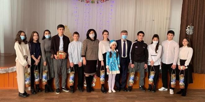 Учащимся школ  Ногайского муниципального района были вручены новогодние подарки от Главы Карачаево- Черкесской Республики.