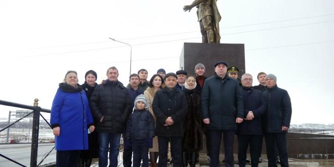 23 февраля в Ногайском районе состоялась торжественная церемония возложения цветов к памятникам павших.