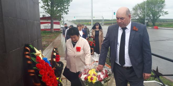 В честь 76-й годовщины Победы в Ногайском районе состоялось возложение венков и цветов к памятникам павшим воинам в Великой Отечественной войне.